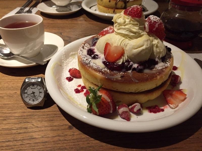 いちごベリーパンケーキと腕時計の比較